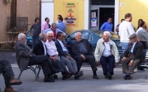 Anziani in piazza