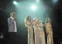 """Livorno – Bocelli canta  """"O sole mio"""" e smette di piovere."""