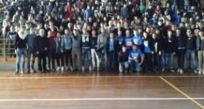 Siracusa – La squadra di Beppe Mascara a scuola tra i ragazzi dell'Einaudi. Il capitano del Siracusa ha invitato gli studenti alle gare casalinghe.
