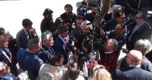 La solita accoglienza esterna dei giornalisti prima della conferenza stampa