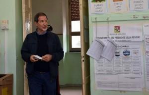 Musumeci esce dal seggio dopo avere votato al plesso del comprensivo  Carrera di Militello Val di Catania