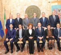 Palermo – Foto di gruppo e prima riunione di lavoro per la squadra del presidente Musumeci. Mancava l'indaffarato Sgarbi. Ecco le deleghe.