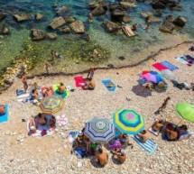 Siracusa – Il sindaco regala la spiaggetta Calarossa: sarà un solarium con bar e altro.