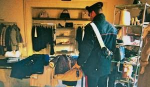 Dopo il furto carabinieri all'interno del negozio