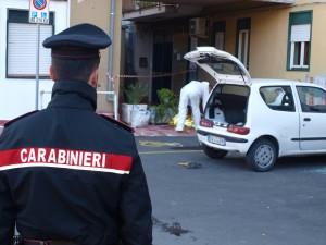 Il luogo dell'agguato mentre i carabinieri effettuano i rilievi scientifici