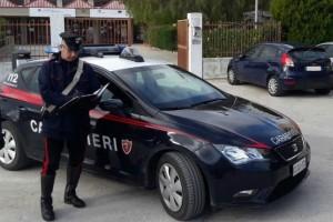 Una pattuglia dei carabinieri che indaga sui