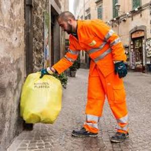 Un operatore ecologico a lavoro