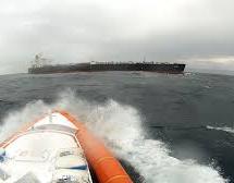 Siracusa – La Guardia costiera soccorre marittimo a bordo di una motocisterna.
