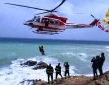 Avola – Turisti  bloccati su uno scoglio salvati con l'elicottero dei Vigili del Fuoco