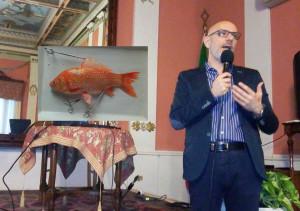 Giuseppe Tringali presidente dell'Ordine provinciale dei Chimici e nel riquadro un pesce analizzato